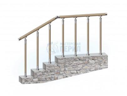Перила из нержавеющей стали с деревянным поручнем на деревянных стойках на каждую ступень