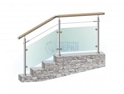 Перила из нержавеющей стали с деревянным поручнем на стойках с наполнением из закалённого стекла и одного троса